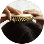 竹ピンヘアブラシを使ったマッサージ