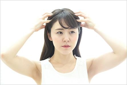 ヘッドマッサージをする女性